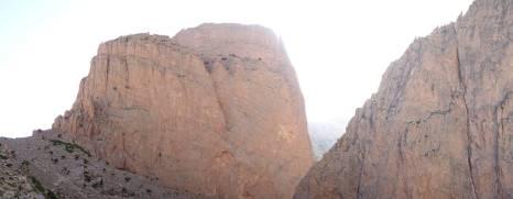 La face Sud-Ouest d'Oujdad et le pilier de Barraka à droite.